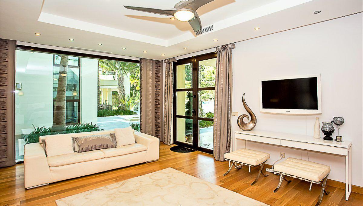 10-2 Master bedroom